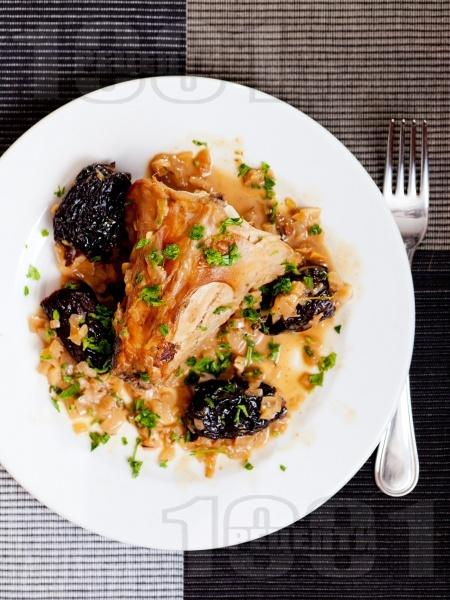 Печен заек със сини сливи - снимка на рецептата